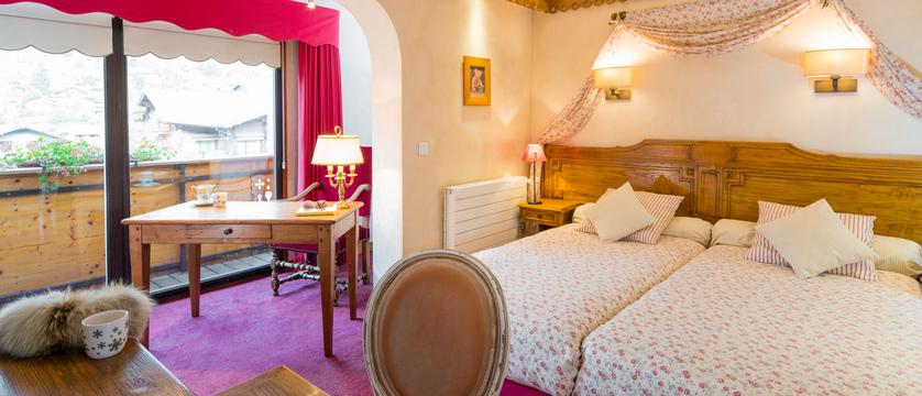 france_portes-du-soleil-ski-area_morzine_hotel-les-airelles_twin-bedroom.jpg